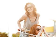 2 смеясь над шальных женщины в солнечных очках имея потеху Стоковое Изображение RF