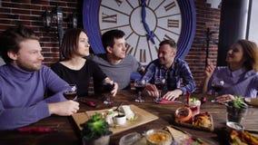Смеясь над люди имея еду совместно сток-видео