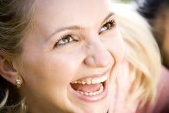 смеясь над детеныши женщины Стоковые Фотографии RF