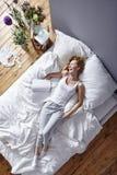 Смеяться над в кровати Стоковое Изображение RF