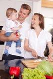 смеяться над кухни семьи Стоковое Изображение RF