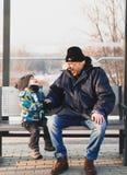 Смеяться над мальчика человека и малыша Стоковые Фото
