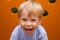 смеяться над мальчика Стоковые Фото