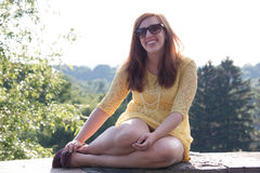 Смеяться над молодой женщины внешний Стоковые Фото