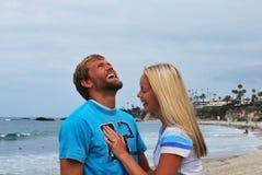 смеяться над пар пляжа Стоковое Фото