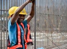 Смеяться над рабочий-строителей стоковые фотографии rf