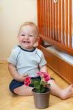 смеяться над цветка мальчика Стоковая Фотография