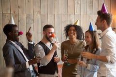 Смеяться над Multiracial разнообразных друзей шутя имеющ celebrati потехи Стоковое фото RF