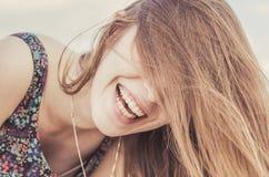 смеяться над девушки подростковый Стоковая Фотография