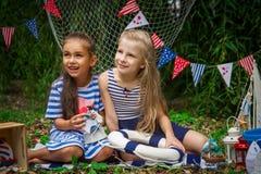Смеяться над 2 девушок Стоковое фото RF