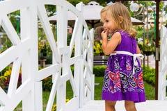 Смеяться над маленькой девочки она идет над белым мостом Стоковые Изображения