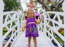 Смеяться над маленькой девочки она идет над белым мостом Стоковая Фотография RF