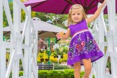 Смеяться над маленькой девочки она идет над белым мостом Стоковая Фотография