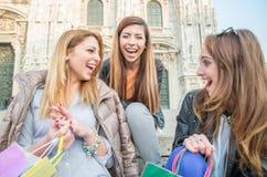 Смеяться над 3 молодой красивый девушек Стоковые Фото