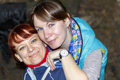 Смеяться над 2 друзей женщин Стоковые Фото