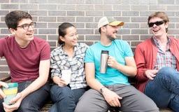 смеяться над 4 друзей Стоковые Изображения