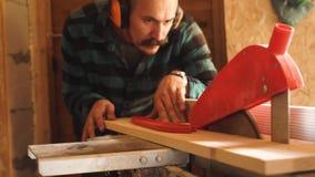 Смелейший с планкой вырезывания человека плотника усика деревянной используя электрический джиг увидел видеоматериал