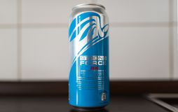 Смогите питья энергии СИЛЬНОГО ВЗАИМОДЕЙСТВИЯ НУЛ проданного на супермаркетах ALDI Стоковое Изображение RF