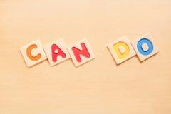 СМОГИТЕ СДЕЛАТЬ алфавиты слова деревянные на деревянной таблице Стоковое Фото