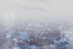 Смог над городом 'aw WrocÅ, Польши Взгляд зимы горизонта города стоковые фотографии rf