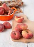 Смоквы персика в керамическом шаре на белой предпосылке Стоковые Фото