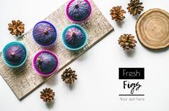 Смоквы Фото еды Свежие фрукты и конусы на белой предпосылке Стоковые Фото