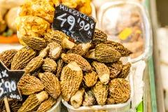 Сморчок & x28; morchella& x29; грибы на рынке Барселоны Стоковое фото RF