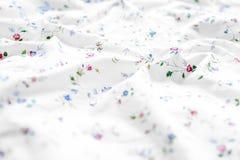 Сморщенная белая и флористическая предпосылка простынь стоковое фото