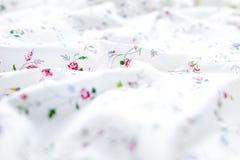 Сморщенная белая и флористическая предпосылка простынь стоковые фото