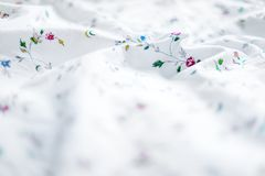 Сморщенная белая и флористическая предпосылка простынь стоковое изображение rf