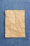 Сморщенная бумага пакета на джинсах Стоковые Фото