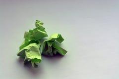 Сморщенная зеленая книга на белой таблице скомканные примечания неудачных эскизов Стоковая Фотография