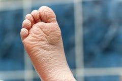 Сморщенные босые ноги приходя вне от ванны Getti молодого человека Стоковое Изображение