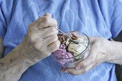 Сморщенные руки держа шар мороженого Стоковое Изображение RF