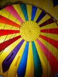 Смотреть вверх в горячий воздушный шар Стоковое Фото