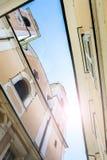 Смотреть вверх в небо над зданиями в Европе Стоковое фото RF
