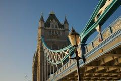 Смотреть вверх, который нужно возвышаться мост Лондон Стоковые Изображения