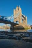 Смотреть вверх, который нужно возвышаться мост Лондон Стоковая Фотография RF