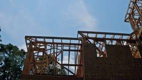 Смотреть вверх лучи нового строительства под ясным голубым небом с солнечным светом видеоматериал