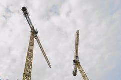 Смотреть вверх на 2 больших кранах Стоковые Фотографии RF