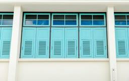 Смотреть вверх на голубых окнах на здании Стоковые Фото