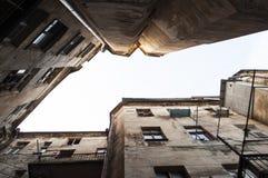 Смотреть вверх на здании высокого подъема старом стоковое фото rf