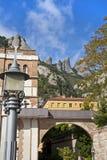 Смотреть вверх на испанских горах и поезде стоковое изображение
