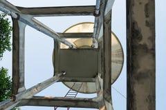 Смотреть вверх на конкретном танке водонапорной башни Стоковая Фотография
