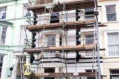 Смотреть вверх на лесах реновации здания Здание под конструкцией, лесами металла Железные леса конструкции B стоковое фото