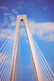 Смотреть вверх на младшем Артура Ravenel Мост в Чарлстоне, Южной Каролине Стоковое фото RF