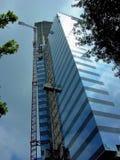 Смотреть вверх на небоскребе под конструкцией стоковые фотографии rf