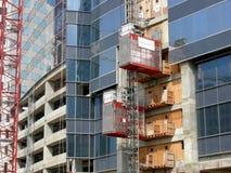 Смотреть вверх на небоскребе под конструкцией стоковое фото rf