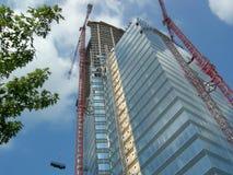 Смотреть вверх на небоскребе под конструкцией стоковые изображения rf
