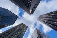 Смотреть вверх на немного впечатляющих небоскребов в Чикаго стоковые фотографии rf